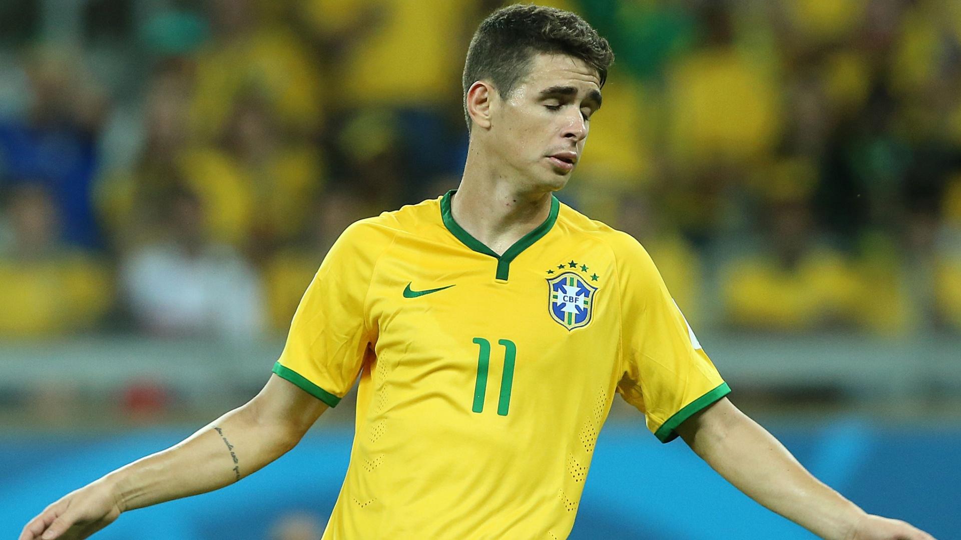 08. jul. 2014 - Oscar fecha os olhos durante a partida contra a Alemanha. Camisa 11 do Brasil saiu chorando de campo após derrota