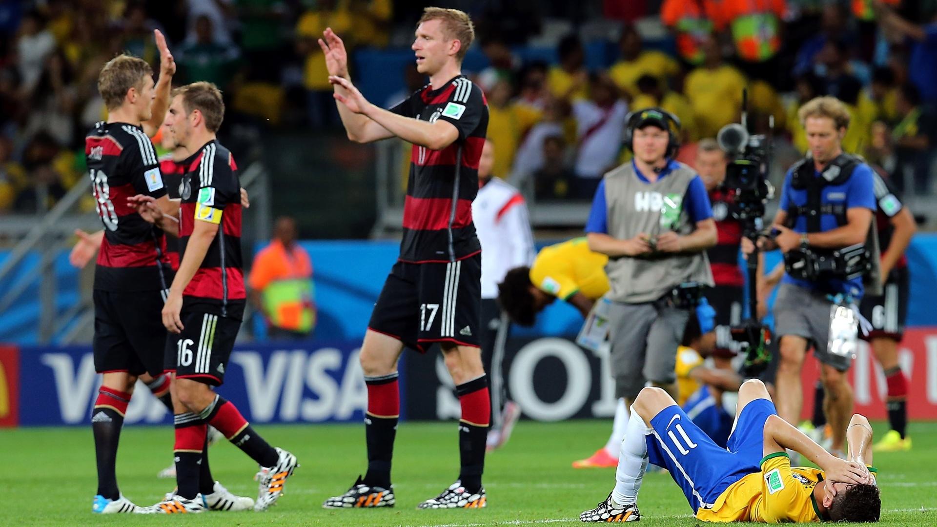 08. jul. 2014 - Oscar fica caído no gramado após a derrota do Brasil por 7 a 1 para a Alemanha no Mineirão. Os alemães estão na final da Copa do Mundo
