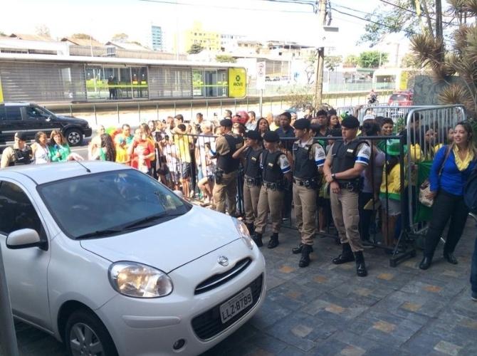 Policiais militares fazem a segurança no entorno do hotel onde está hospedada a seleção brasileira em Belo Horizonte, que enfrenta a Alemanha