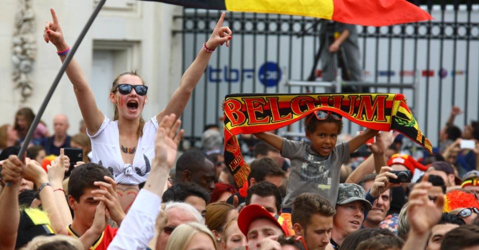 Público aguarda do lado de fora do palácio real em Bruxelas para dar as boas-vindas à seleção da Bélgica