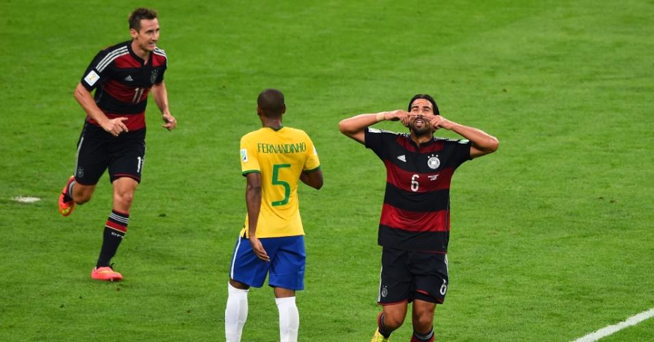 08. jul. 2014 - Sami Khedira marca o quinto gol da Alemanha sobre o Brasil e comemora no primeiro tempo da partida no Mineirão
