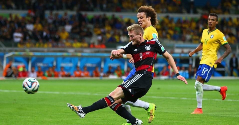 08. jul. 2014 - Schürrle acerta belo chute e marca o sétimo gol da Alemanha contra o Brasil, no Mineirão. Os europeus venceram por 7 a 1 e estão na final da Copa