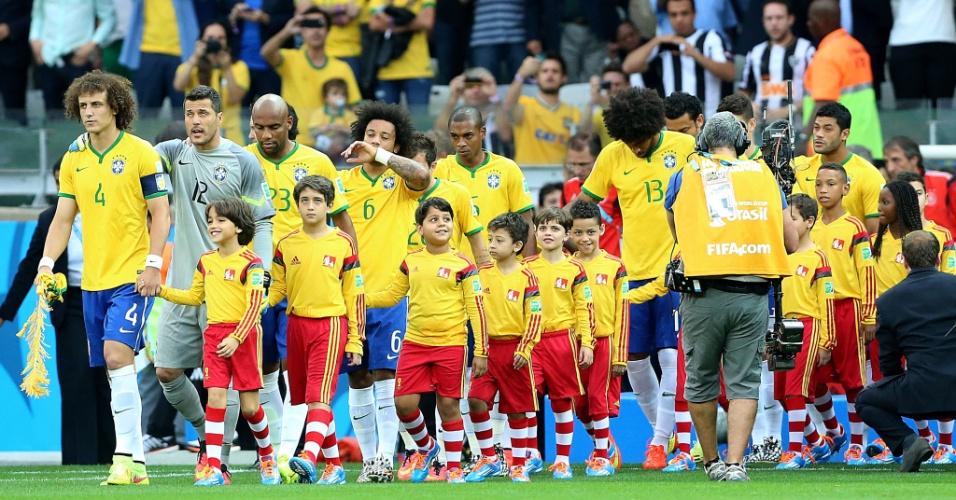 08. jul. 2014 - Seleção brasileira entra campo para a partida contra a Alemanha, no Mineirão, pela semifinal da Copa