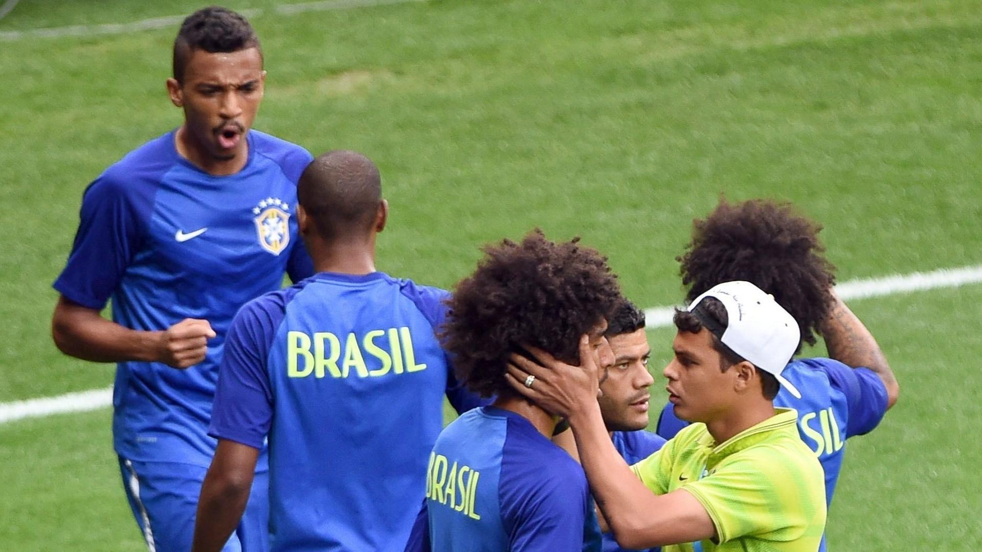 08. jul. 2014 - Thiago Silva, fora da partida contra a Alemanha, dá força para companheiros de seleção no gramado do Mineirão