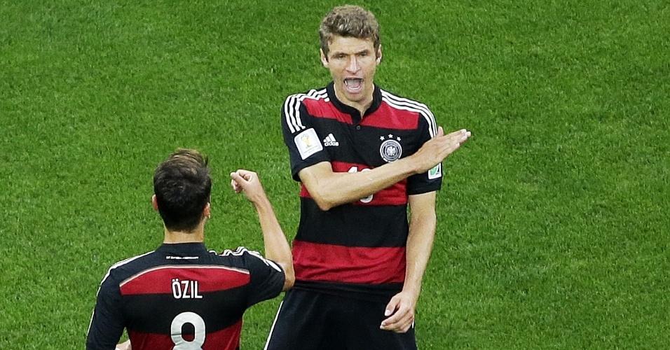 08. jul. 2014 - Thomas Müller comemora gol Özil após marcar o primeiro gol da Alemanha na goleada por 7 a 1 contra o Brasil, no Mineirão