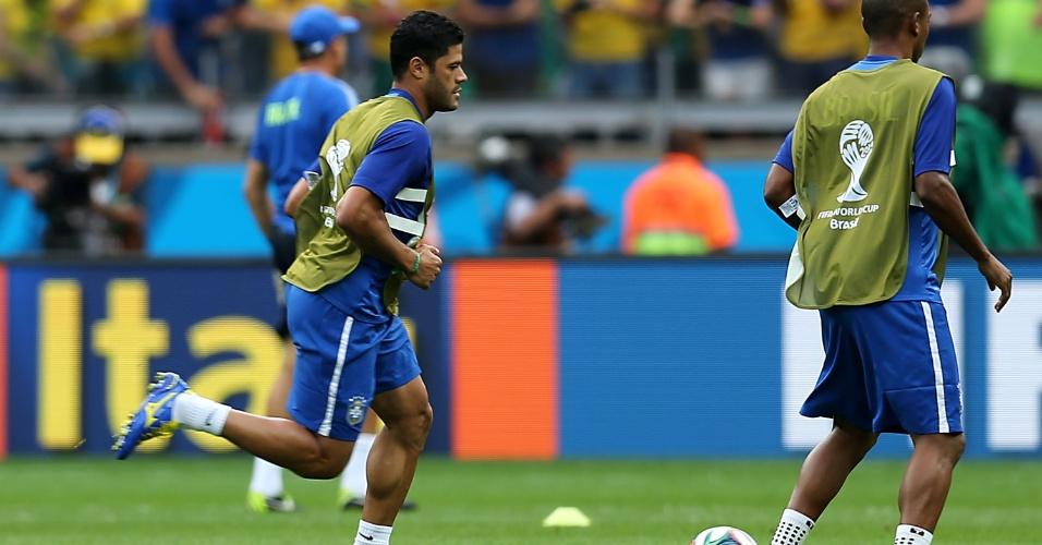08. jul. 2014 - Titular da seleção, Hulk faz aquecimento no Mineirão antes do jogo contra a Alemanha