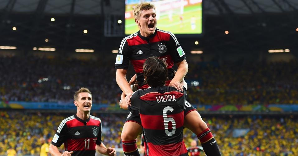 08. jul. 2014 - Toni Kroos comemora com Khedira e Klose o terceiro gol da Alemanha contra o Brasil, no Mineirão