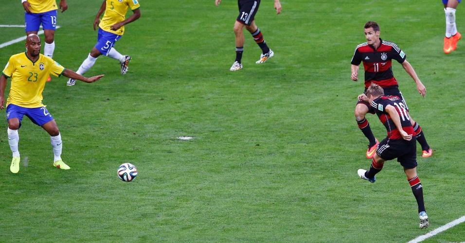 08. jul. 2014 - Toni Kroos finaliza e marca o terceiro gol da Alemanha contra o Brasil, ainda no primeiro tempo no Mineirão