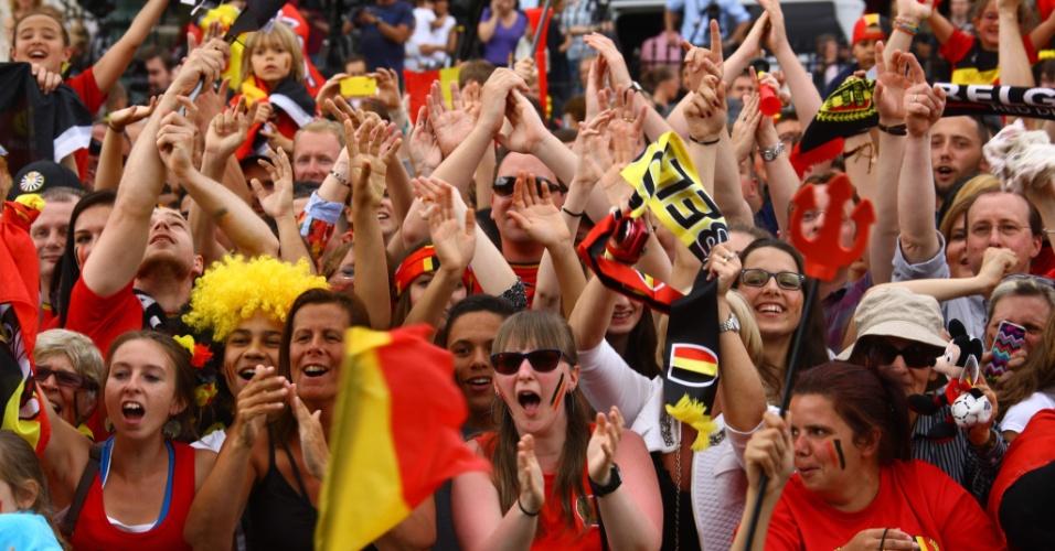 Torcedor aguarda do lado de fora do palácio real em Bruxelas para dar as boas-vindas à seleção da Bélgica