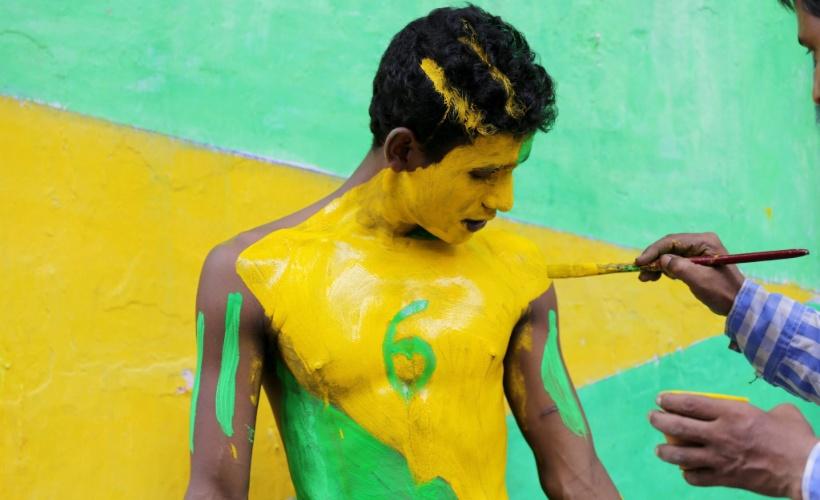 Torcedor é pintado com as cores da seleção brasileira em Calcutá, na Índia, onde o futebol já é o segundo esporte mais popular do país