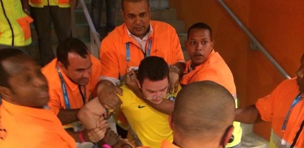 Torcedor é retirado pelos seguranças no Estádio Mineirão