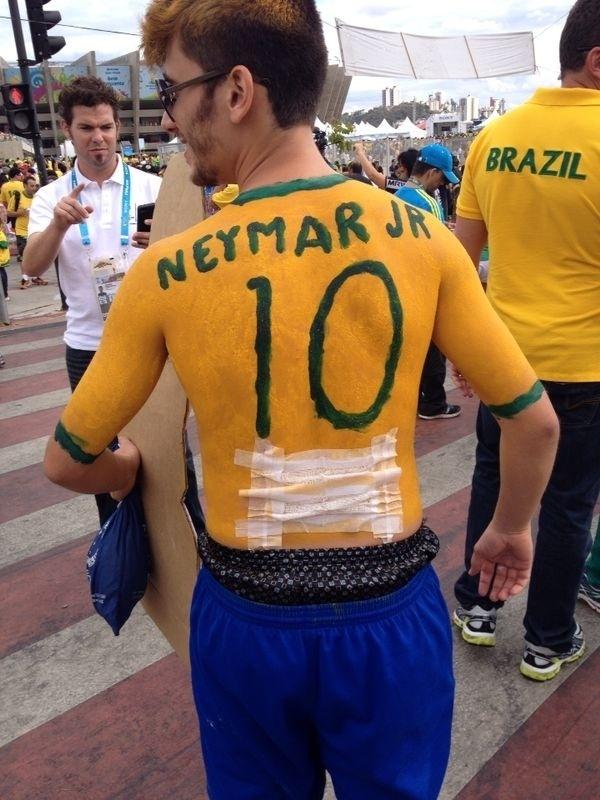 Torcedor faz referência a Neymar e vai ao jogo do Brasil com curativo nas costas