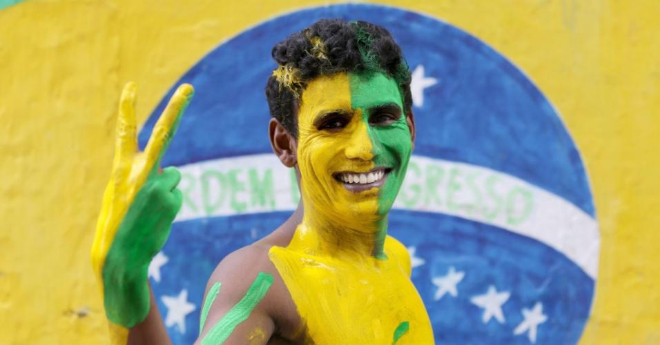 Torcedor indiano exibe visual com cores da seleção brasileira em Calcutá, no nordeste da Índia, cidade onde futebol é muito popular