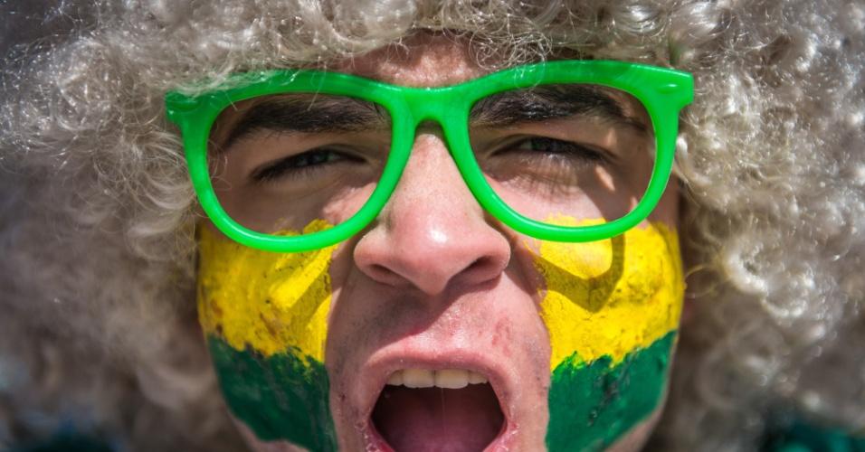 Torcedor leva as cores do Brasil no rosto e nos acessórios antes do jogo contra a Alemanha, no Mineirão