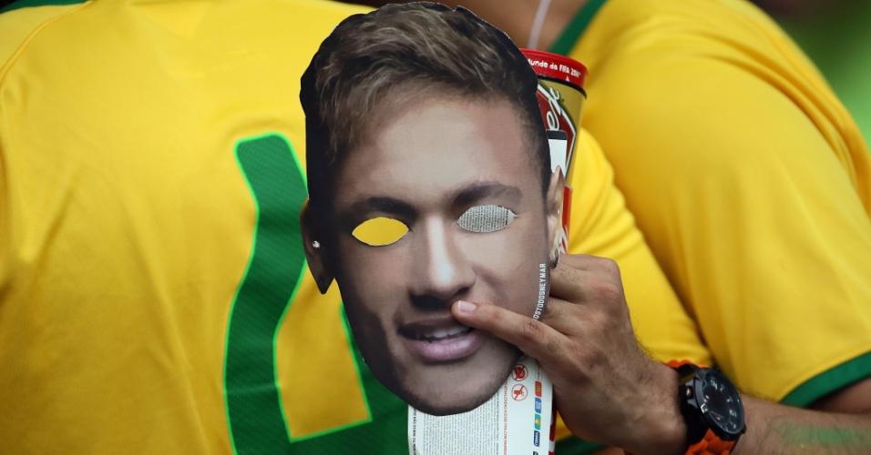 Torcedor leva máscara de Neymar ao Mineirão, antes do jogo contra a Alemanha