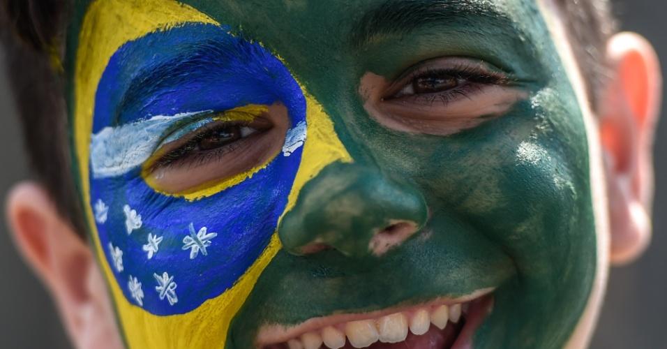 Torcedor mirim mostra toda alegria com o rosto pintado de verde e amarelo para a partida contra a Alemanha, pela semifinal da Copa