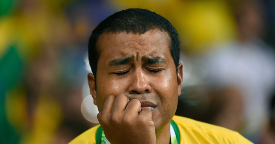 Torcedor não aguenta e chora na arquibancada do Mineirão