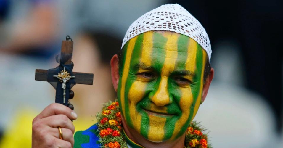 Torcedor pintou o rosto de verde e amarelo e se vestiu de padre para acompanhar a partida entre Brasil e Alemanha, no Mineirão