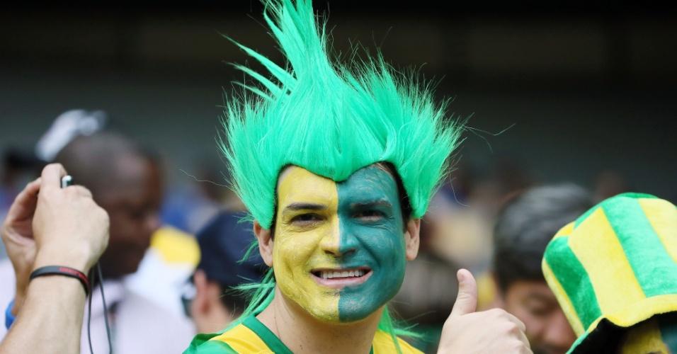 Torcedor usando peruca e pintado de verde e amarelo vai ao Mineirão ver o jogo entre Brasil e Alemanha