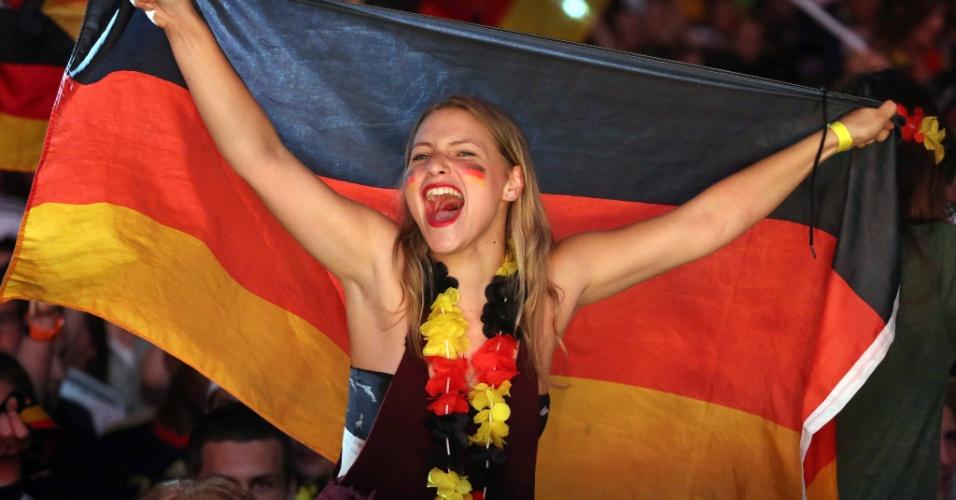 Torcedora alemã em Frankfurt se diverte com o passeio do time de seu país