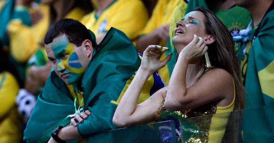 Torcedora chora na arquibancada do Mineirão enquanto Brasil é goleado em campo pela Alemanha