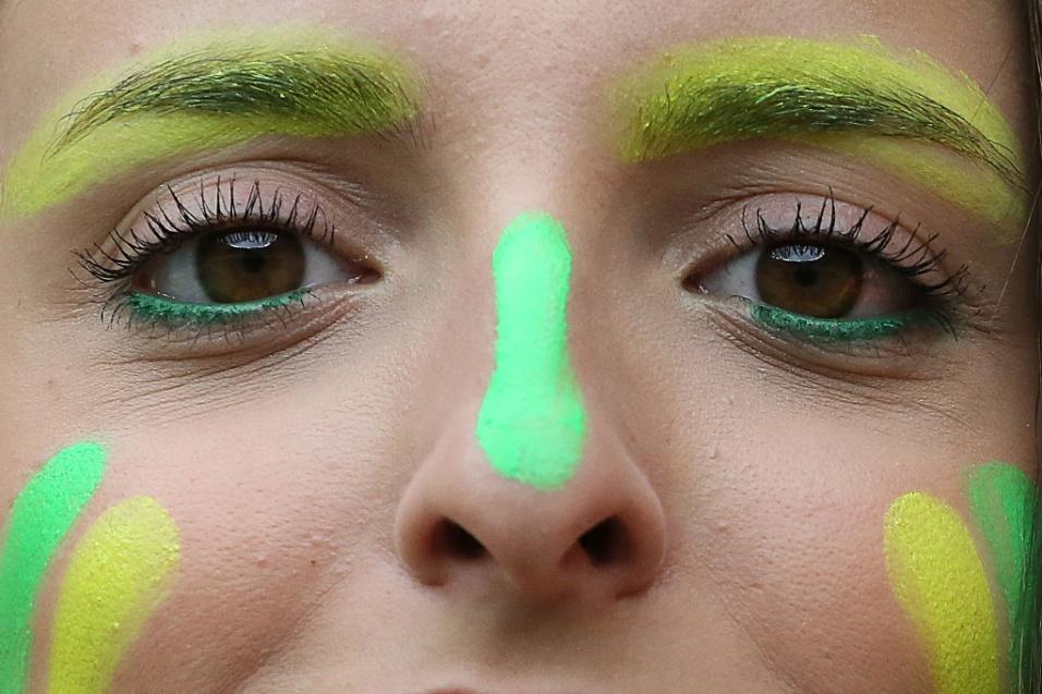 Torcedora com o rosto pintado vai ao Mineirão acompanhar a partida entre Brasil e Alemanha, pela semifinal da Copa do Mundo