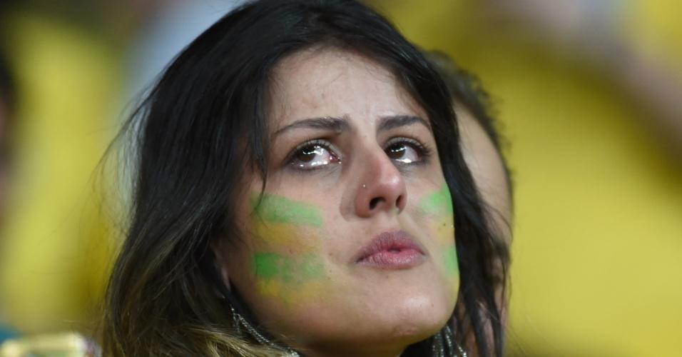 Torcedora fica com os olhos cheios de lágrimas na arquibancada do Mineirão diante da derrota brasileria para a Alemanha