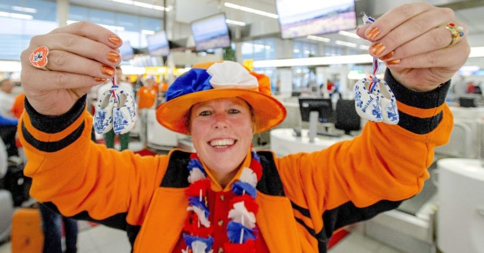 Torcedora holandesa posa em saguão do Aeroporto Internacional de Schiphol, na Holanda, onde pegará voo para São Paulo para ver semifinal da Copa