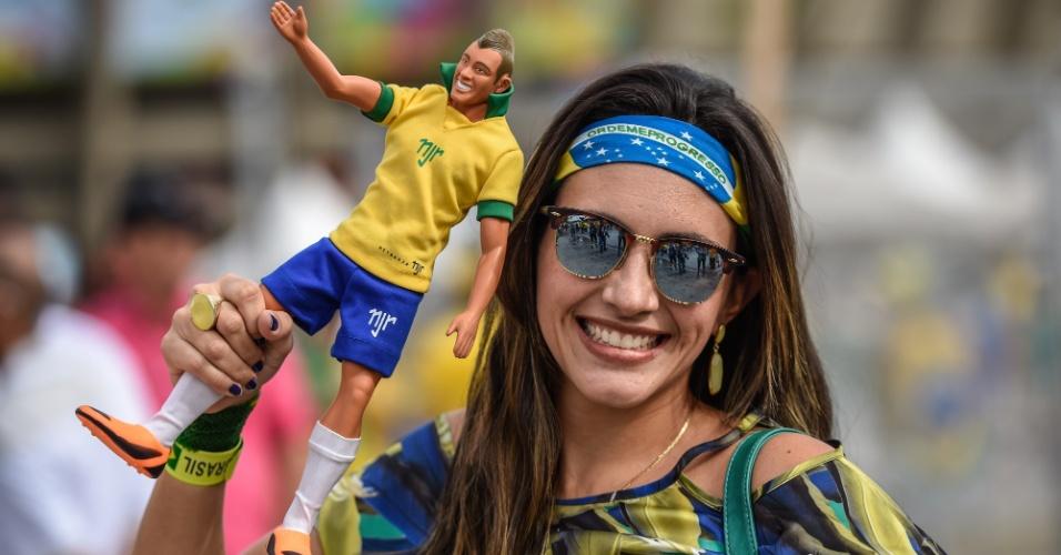 Torcedora leva boneco de Neymar para a partida semifinal entre Brasil e Alemanha, no Mineirão