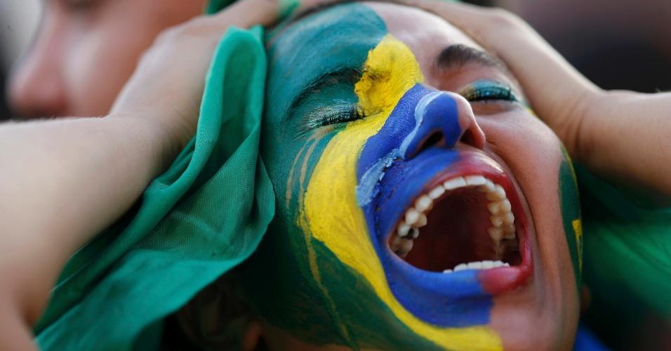 Torcedora na Fan Fest de Brasília se desespera ao ver a seleção brasileira ser goleada pela Alemanha