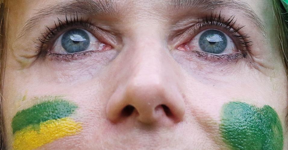 Torcedora pintada com as cores do Brasil e bastante concentrada aguarda a partida contra a Alemanha, no Mineirão