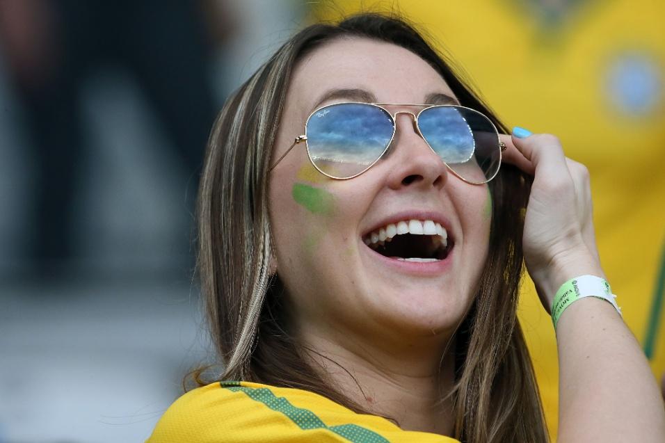 Torcedora sorri no Mineirão antes da partida entre Brasil e Alemanha, pela semifinal da Copa do Mundo