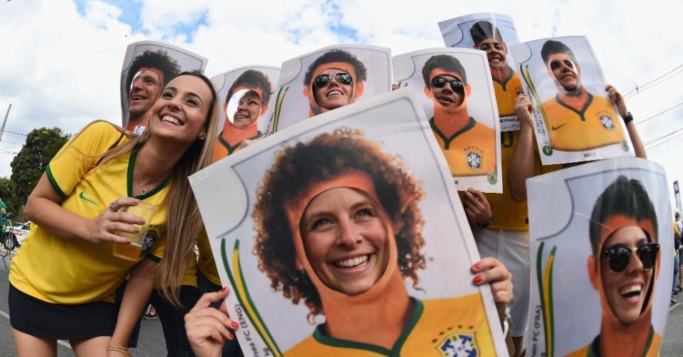 Torcedoras levam figurinhas gigantes da Copa ao Mineirão, para a partida contra a Alemanha