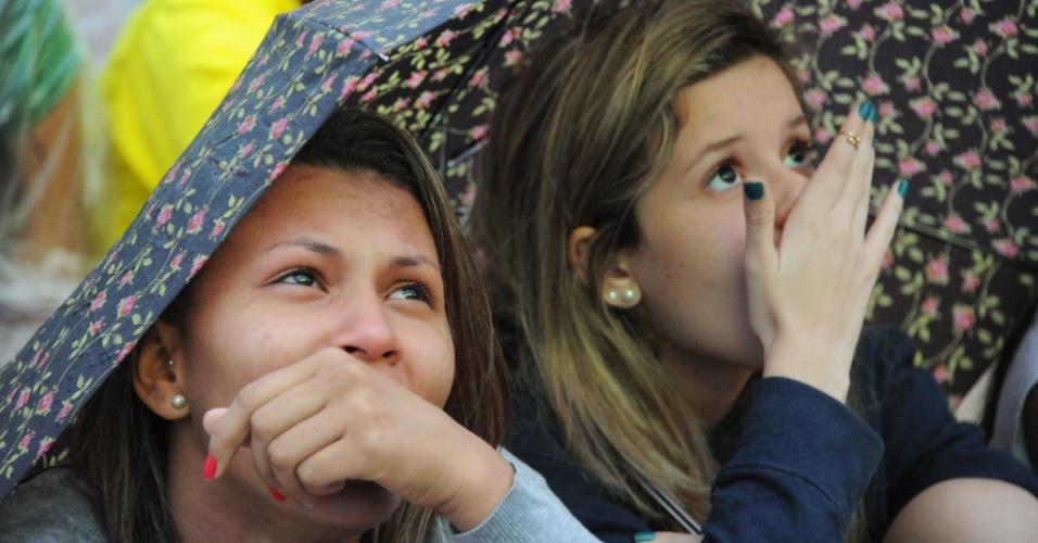 Torcedoras na Fan Fest do Rio assistem à goleada alemã sobre o Brasil