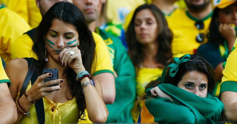 Torcedoras não escondem a decepção no Mineirão ao verem a seleção brasileira sendo goleada pela Alemanha