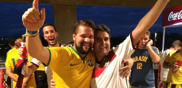Torcedores brasileiro e alemão confraternizam após trocarem camisas nos corredores do Mineirão