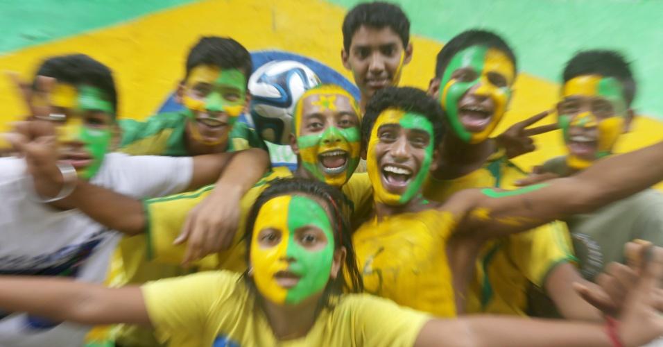 Torcedores em Calcutá, na Índia, aguardam partida entre Brasil x Alemanha