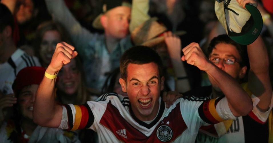 Torcedores em Frankfurt comemoram um dos sete gols da Alemanha no massacre sobre o Brasil