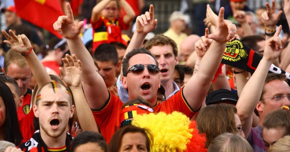 Torcedores esperam do lado de fora do palácio real em Bruxelas para dar as boas-vindas à seleção da Bélgica