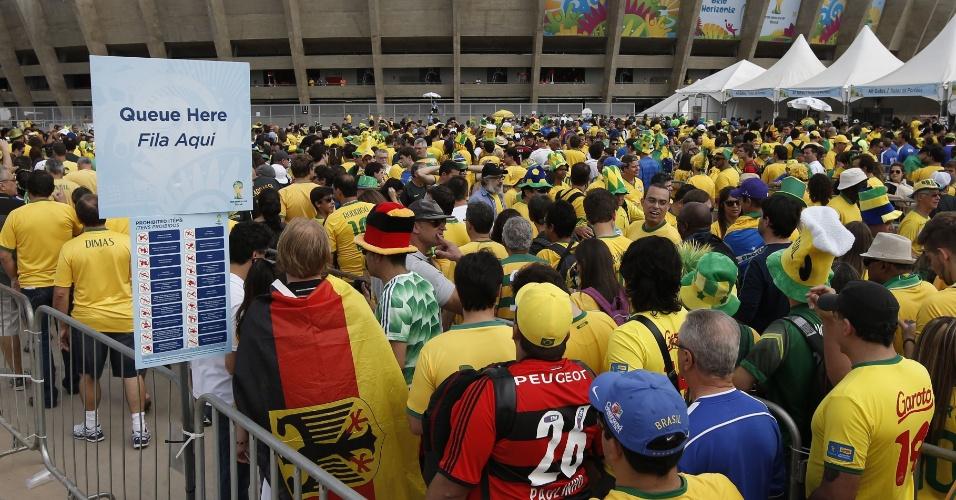 Torcedores fazem fila para entrar no Mineirão, antes do jogo entre Brasil e Alemanha