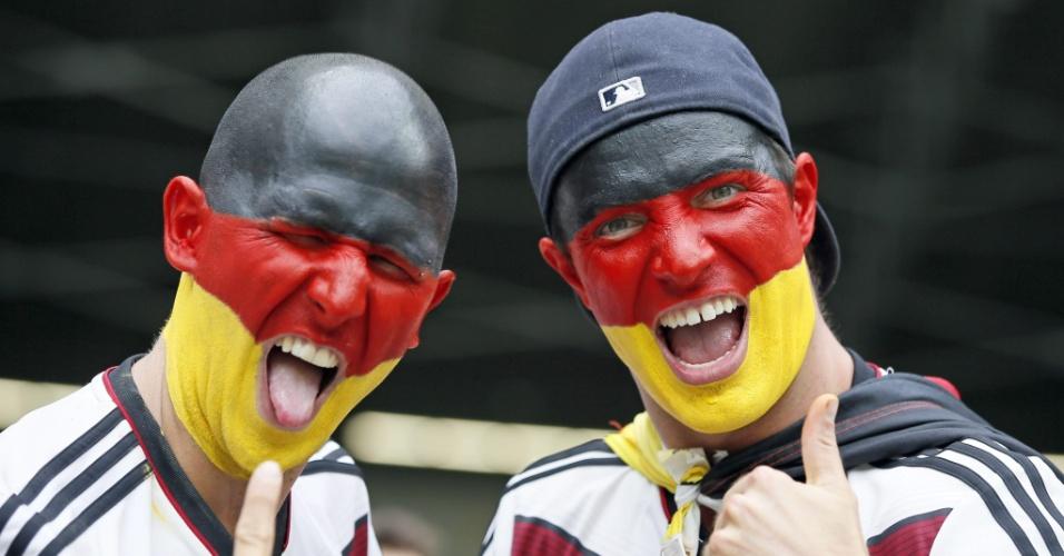 Torcedores pintados com as cores da bandeira da Alemanha aguardam o início da partida contra o Brasil, no Mineirão