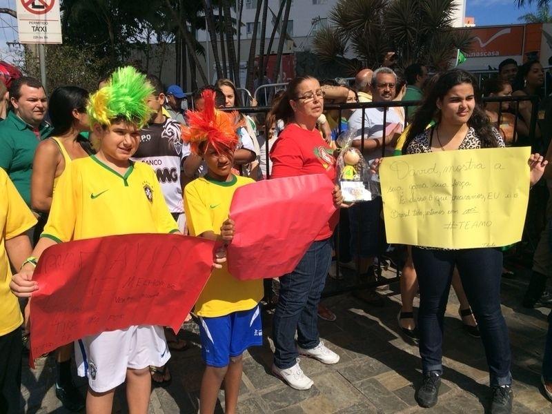 Torcedores se concentram nos arredores do hotel no qual a seleção brasileira está hospedada em Belo Horizonte
