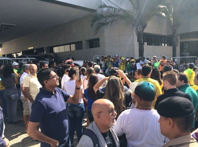 Torcedores se concentram nos arredores do hotel no qual a seleção brasileira está hospedada, na cidade de Belo Horizonte