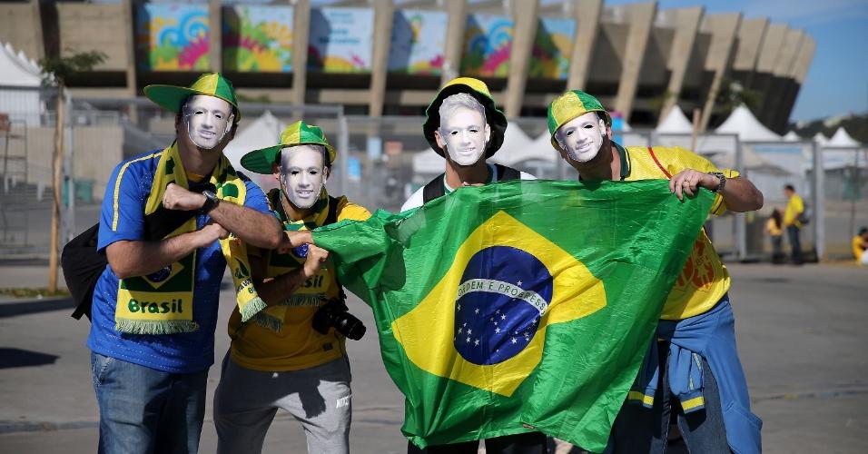 Torcedores usam máscaras de Neymar antes da partida entre Brasil x Alemanha, no estádio do Mineirão