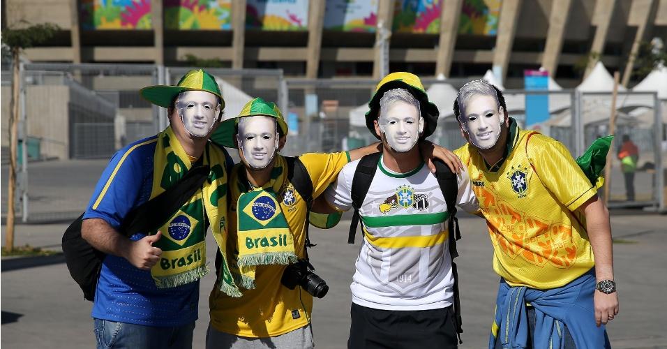 Torcida da seleção brasileira adota máscaras de Neymar antes da partida contra a Alemanha, no Mineirão