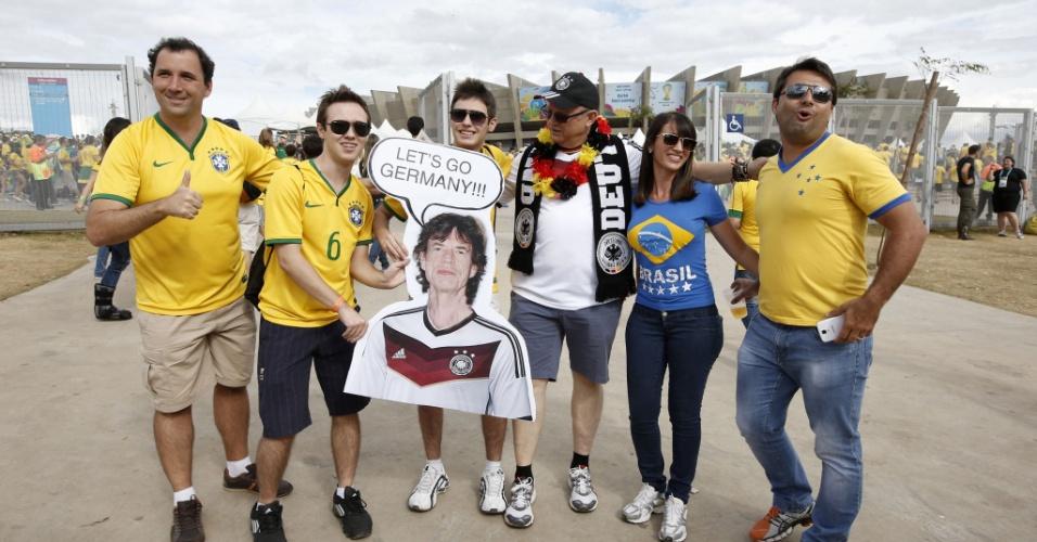 Vale até apelar para a sorte. Torcedor leva cartaz de Mick Jagger, que carrega fama de pé frio, com a camisa da Alemanha