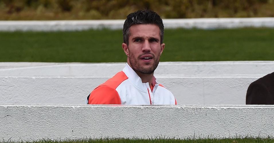 Van Persie deixa os vestiários e sobe ao gramado do Pacaembu para o treino da seleção holandesa um dia antes da semifinal contra a Argentina, no Itaquerão