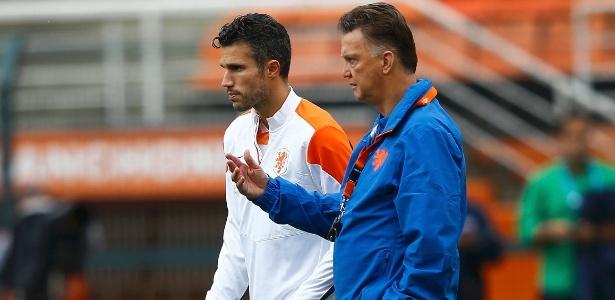 Van Persie ouve as instruções do técnico Van Gaal no treino da seleção holandesa um dia antes da semifinal