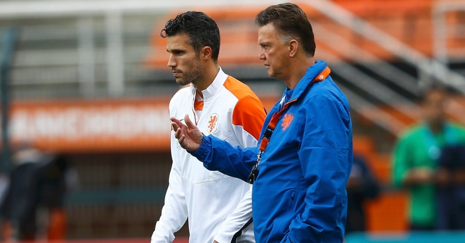 Van Persie ouve as isntruções do técnico Louis Van Gaal no treino da seleção holandesa um dia antes da semifinal contra a Argentina, no Itaquerão