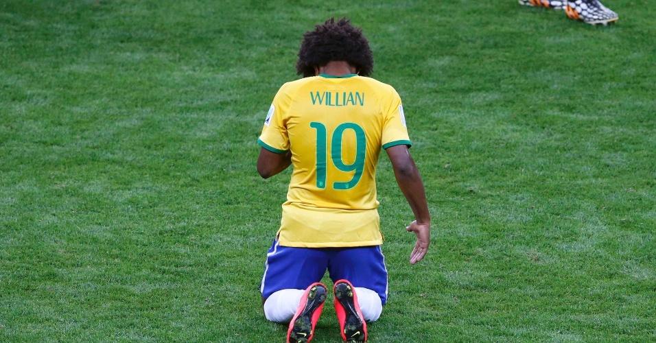 08. jul. 2014 - Willian se ajoelha no gramado ao final da partida em que a Alemanha garantiu vaga na final da Copa, depois de vencer o Brasil por 7 a 1 no Mineirão